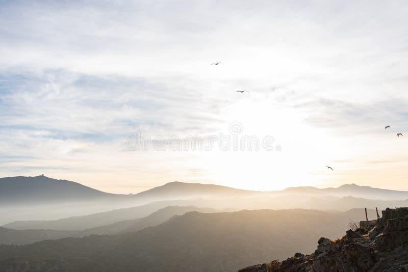 Ciel de coucher du soleil avec le brouillard et les montagnes dans Cap de Creus, Catalunya photos libres de droits