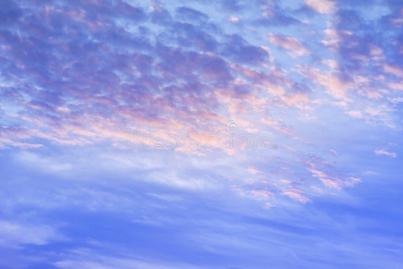 Ciel de coucher du soleil de climat avec les nuages pelucheux et le beau weathe lourd photographie stock libre de droits