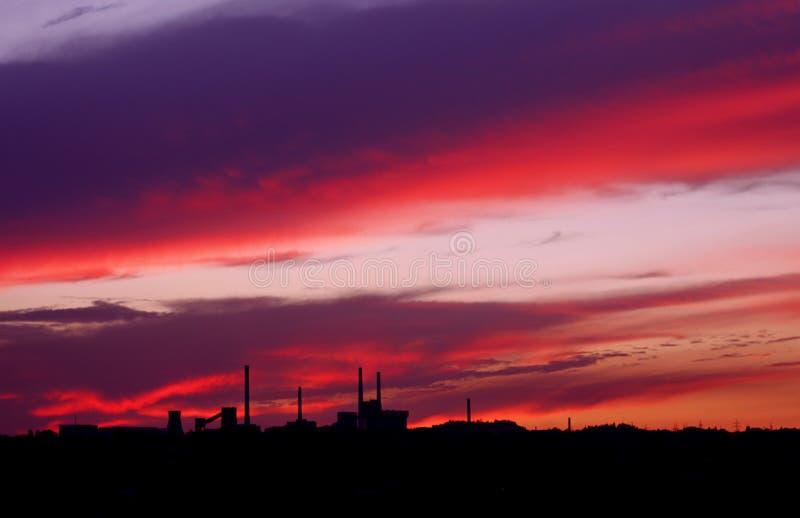 Ciel de coucher du soleil d'écarlate images libres de droits