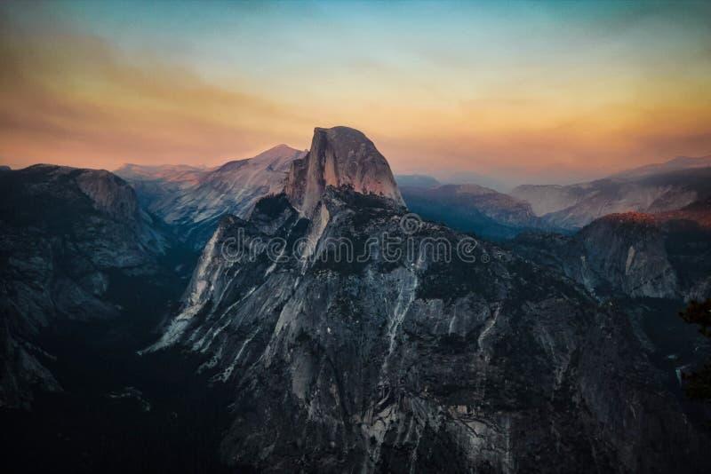 Ciel de coucher du soleil de nature de montagnes photos stock
