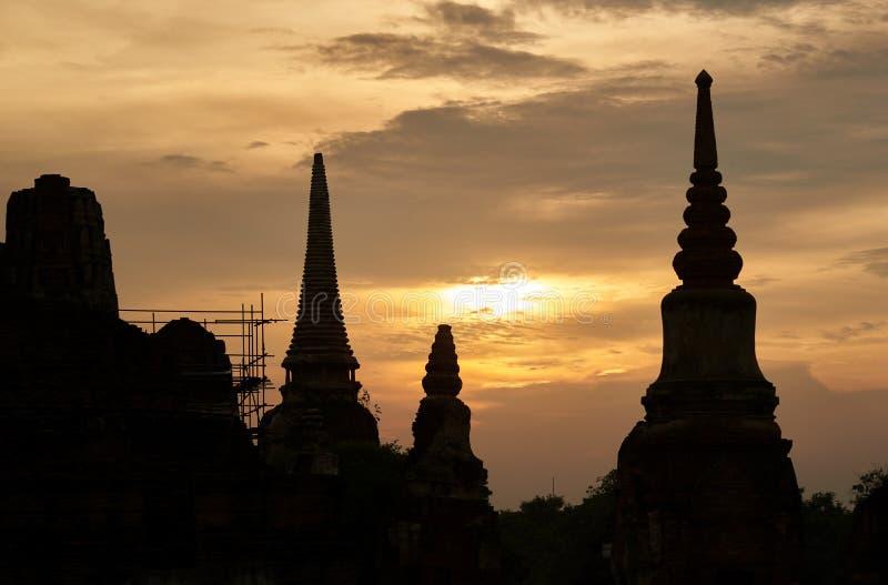 Ciel de coucher du soleil et de crépuscule au parc historique d'Ayutthaya images stock