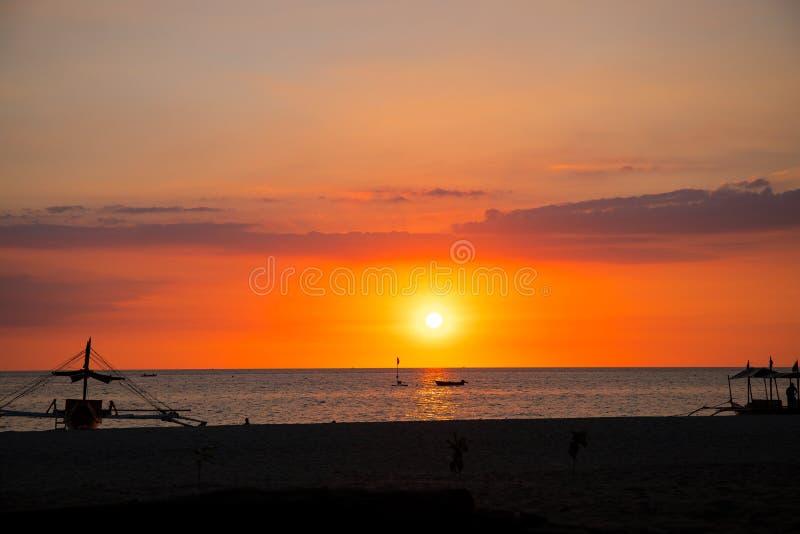 Ciel de coucher du soleil et paysage de mer avec le bateau en bois Paysage marin romantique sur l'?le tropicale Carte de voyage d images stock