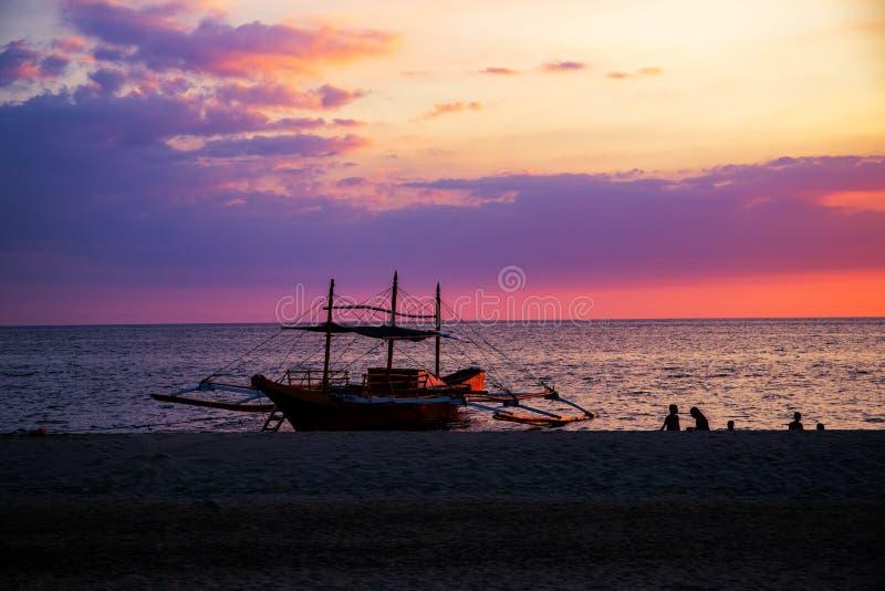 Ciel de coucher du soleil et paysage de mer avec les bateaux en bois Paysage marin idyllique sur l'île tropicale Calibre pourpre  image stock