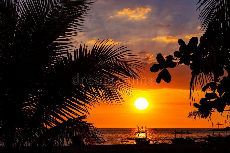 Ciel de coucher du soleil et paysage de mer avec les bateaux en bois Paysage marin romantique sur l'?le tropicale Calibre orange  photos stock