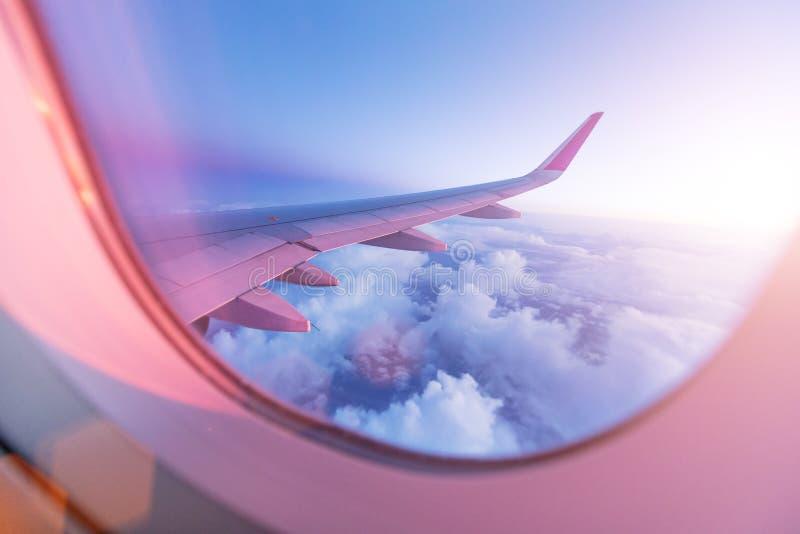 Ciel de coucher du soleil de la fenêtre d'avion photographie stock libre de droits