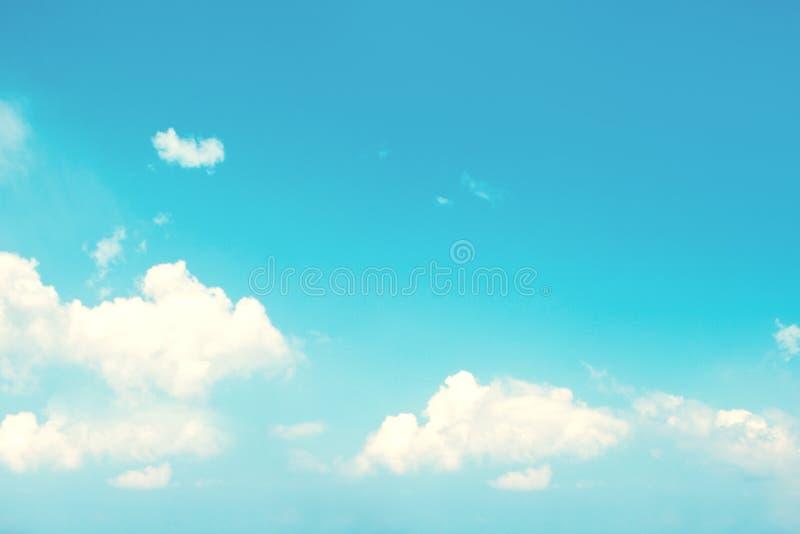 Ciel de couleur en pastel avec les nuages pelucheux, fond naturel photos stock