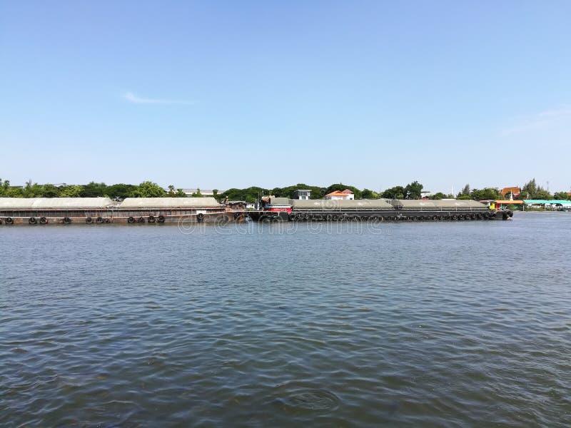 ciel de l'eau de cargo de rivière photo stock