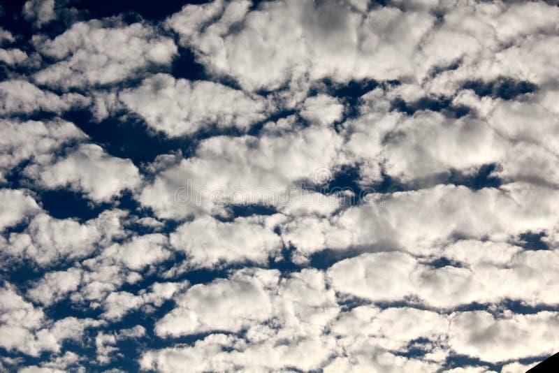 Ciel de maquereau passant par ! image stock