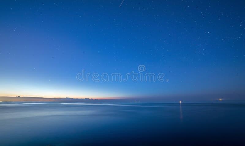 Ciel de mer de nuit d'été après coucher du soleil Étoiles image stock