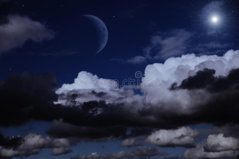 Ciel de nuit avec la lune, les nuages et les étoiles images stock
