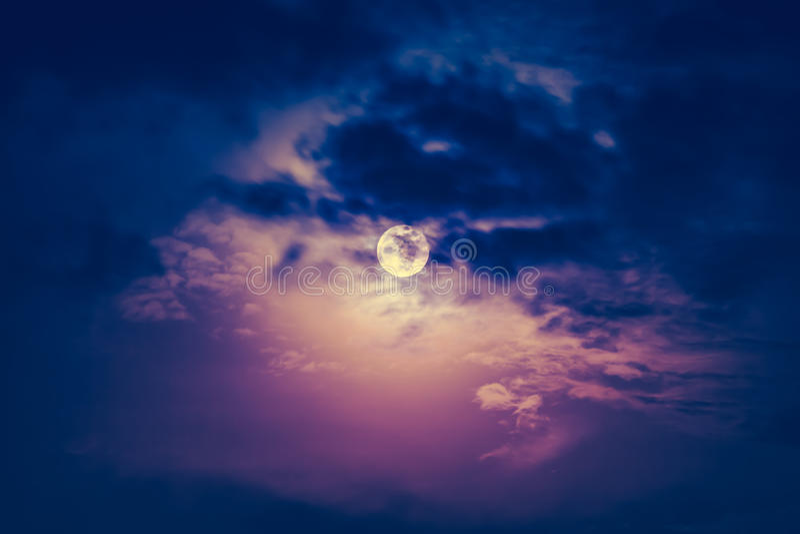 Ciel de nuit avec la lune nuageuse et belle Tonne d'effet de vintage images libres de droits