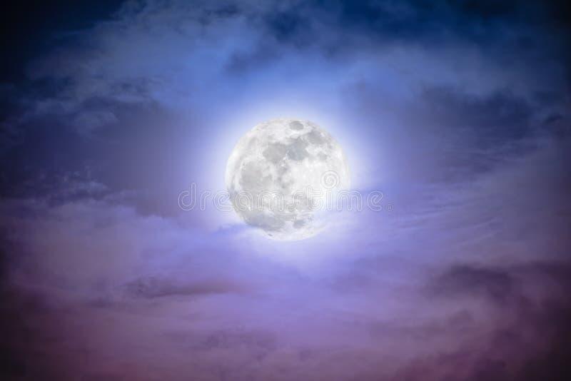 ciel de nuit avec les nuages et la pleine lune lumineuse photo stock image du nightly. Black Bedroom Furniture Sets. Home Design Ideas