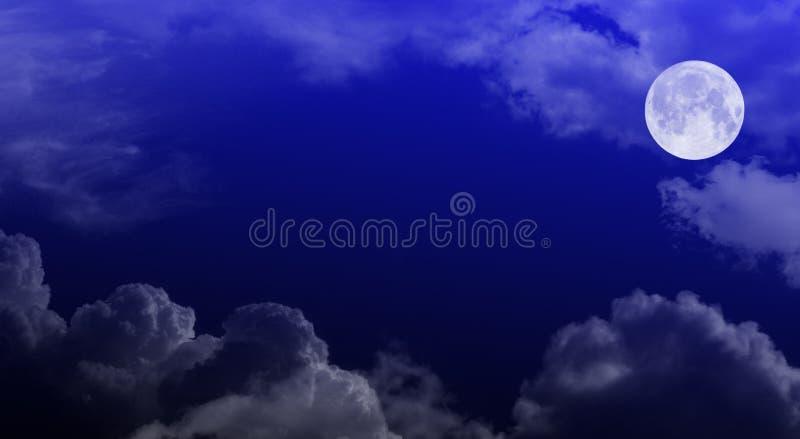 ciel de nuit nuageux de lune photographie stock