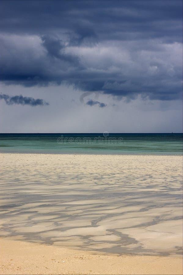 ciel de plage d'île de sable dans l'Océan Indien image libre de droits