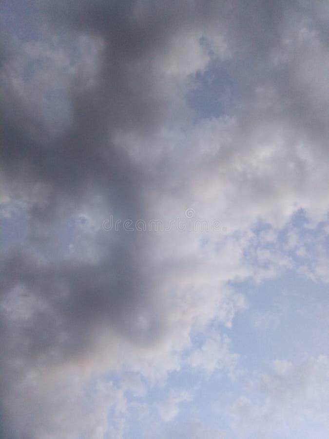 Ciel de ressort avant la tempête image stock