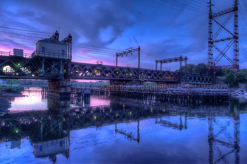 Ciel de Rusty Train Bridge Under Pink images stock