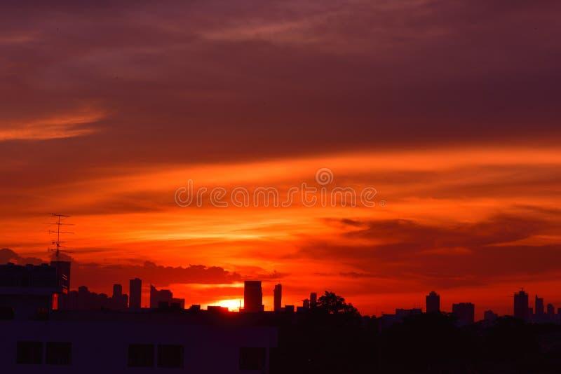Ciel de silhouettes sur le coucher du soleil dans la ville photos stock