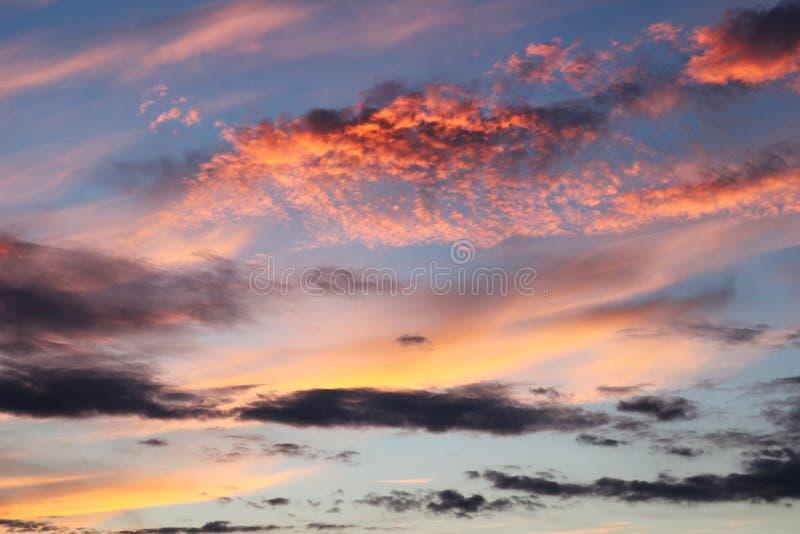Ciel de soirée avec le beau jaune rose coloré étonnant photo stock