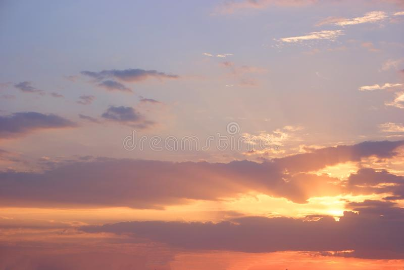 Ciel de soirée avec le nuage coloré étonnant de coucher du soleil sur le crépuscule photos stock