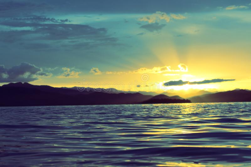 Ciel de soirée, coucher du soleil au-dessus du réservoir en Thaïlande du sud image stock