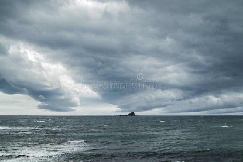 Ciel dramatique au-dessus d'océan sur l'île de Jeju images stock