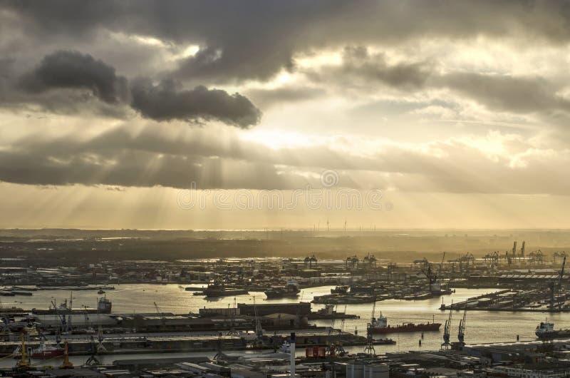 Ciel dramatique au-dessus de port de Rotterdam photos libres de droits