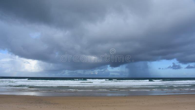 Ciel dramatique avec de grands nuages au-dessus de plage d'Arrawarra images libres de droits