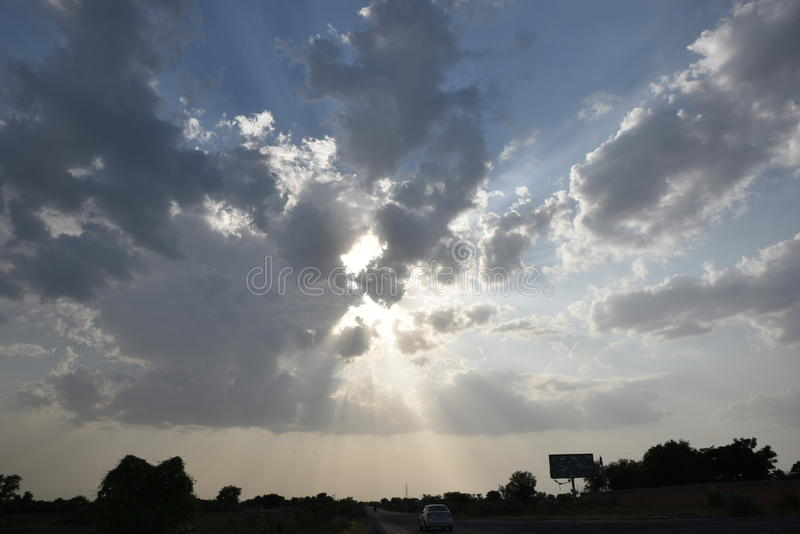 Ciel dramatique avec des rayons de lumière du soleil sortant des nuages image stock