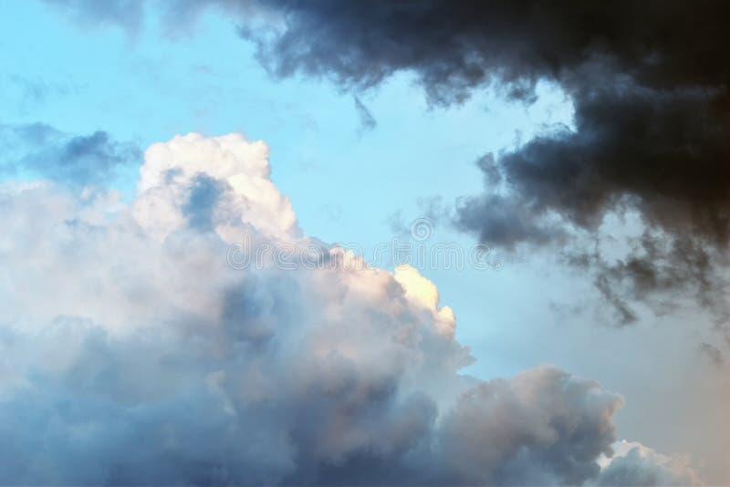 Ciel dramatique avec les nuages et le soleil photo stock