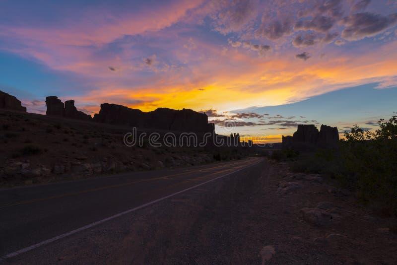 Ciel dramatique de coucher du soleil au-dessus des tours de tribunal photos libres de droits