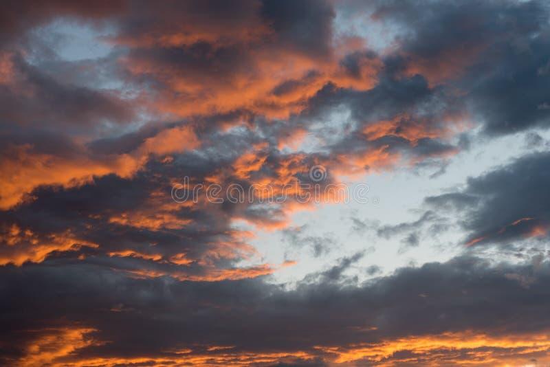 Ciel dramatique de coucher du soleil avec des couleurs oranges de nuage photos libres de droits