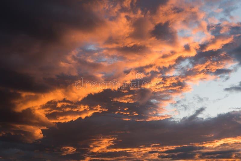 Ciel dramatique de coucher du soleil avec des couleurs oranges de nuage image libre de droits