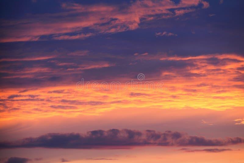 Ciel dramatique de lever de soleil de coucher du soleil avec des nuages images stock