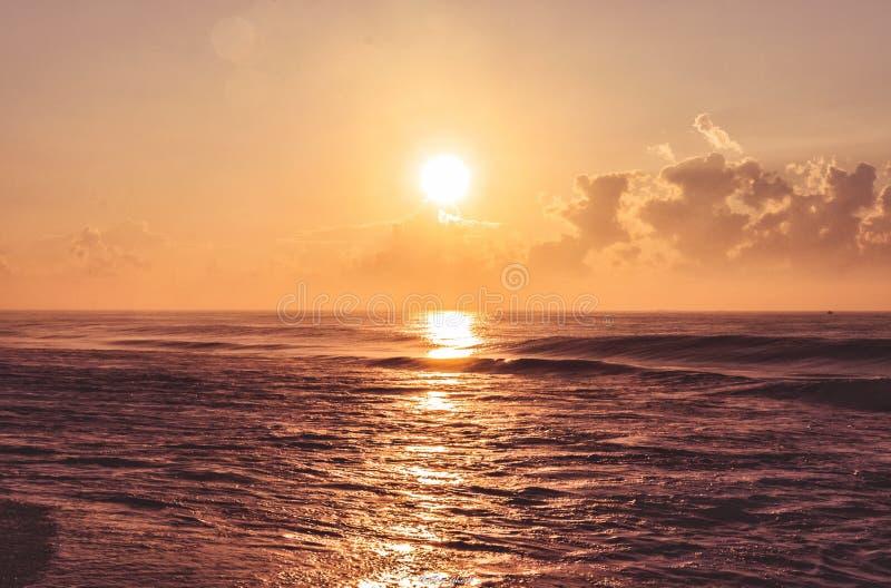 Ciel du lever du soleil à Puri India avec une lumière dorée et un horizon sans fin devant image stock