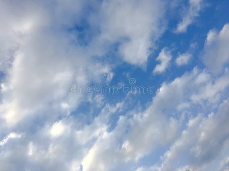 Ciel ensoleillé bleu profond avec les nuages blancs Ciel bleu avec le plan rapproché de nuage le bleu opacifie le blanc pelucheux photos libres de droits