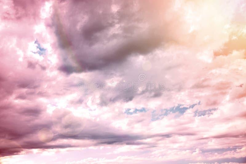 Ciel ensoleillé et nuageux photos stock
