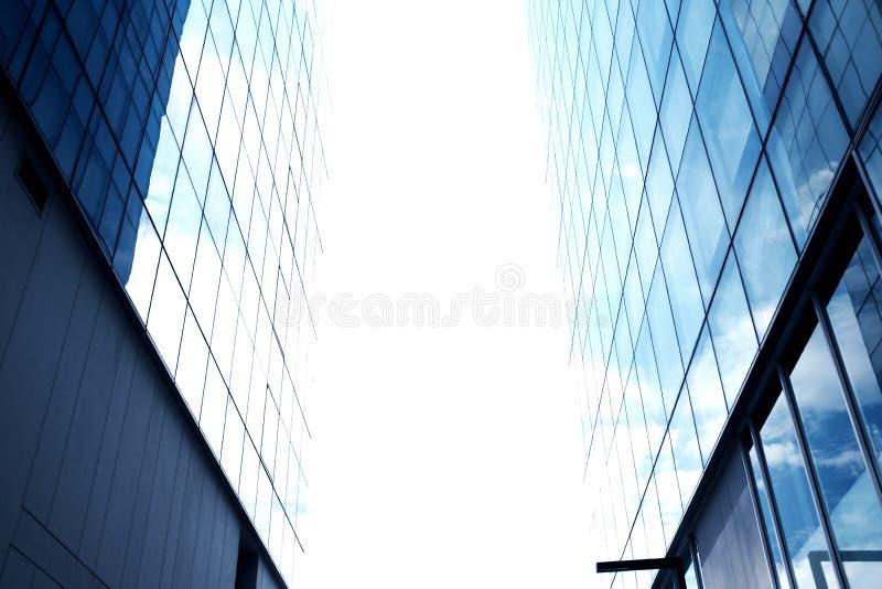 Ciel entre les édifices hauts Un coin entre deux bâtiments photo stock