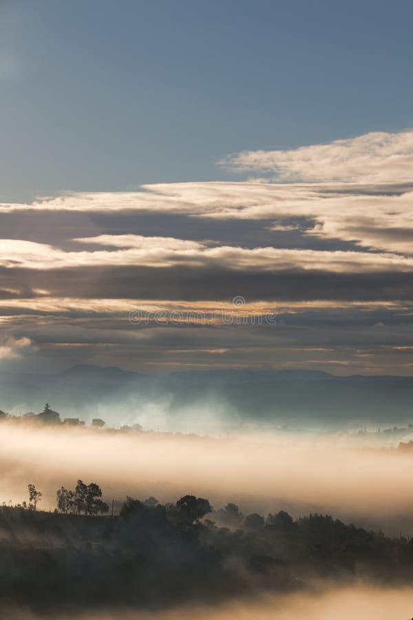 Ciel et brouillard images stock