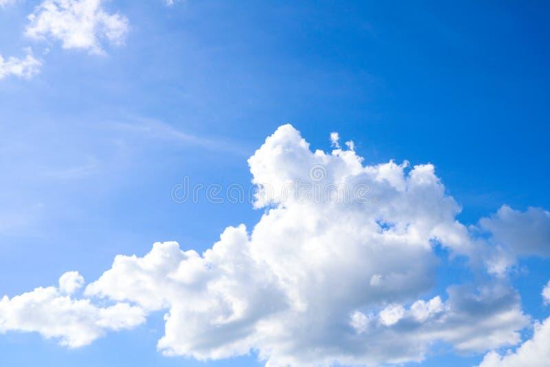 Ciel et fond naturel de nuages de blanc photos stock
