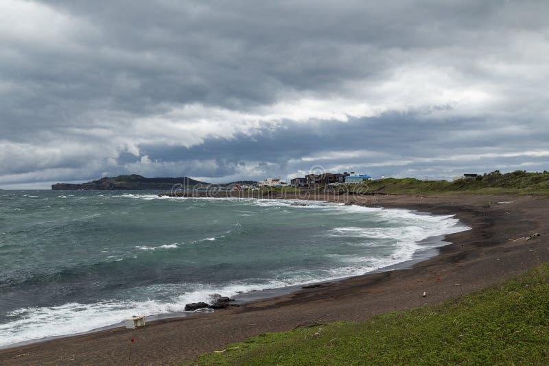 Ciel et littoral dramatiques sur l'île de Jeju images stock