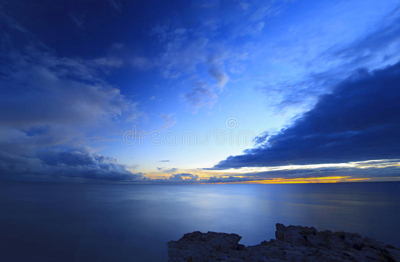 Ciel et mer au coucher du soleil photographie stock