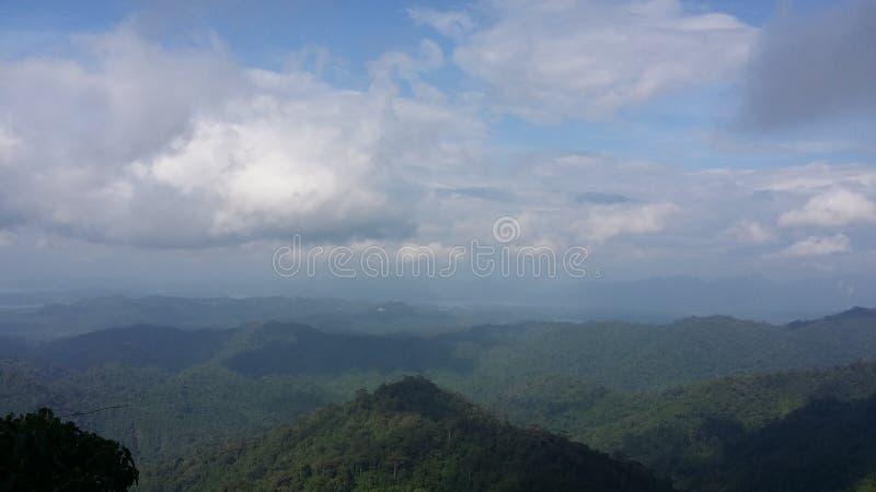 Ciel et montagne images stock