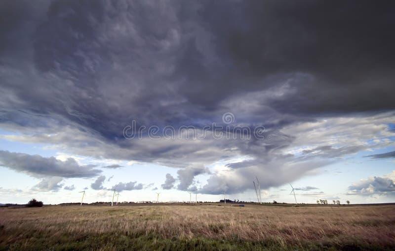 Ciel et moulins à vent d'horreur image stock