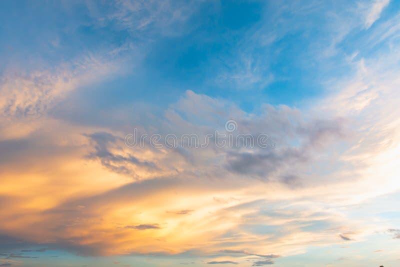 Ciel et nuage au coucher du soleil avec le fond d'effets de la lumière de coucher du soleil nuages crépusculaires et fond dramati photos stock