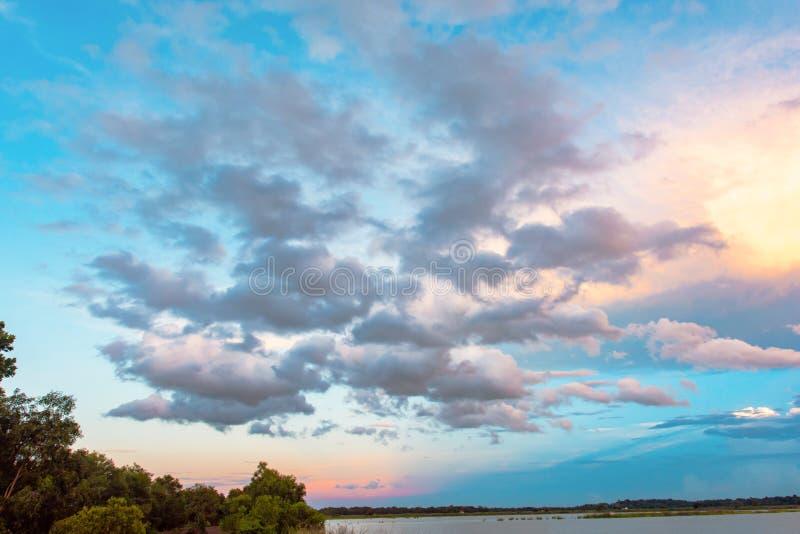 Ciel et nuage au coucher du soleil avec le fond d'effets de la lumière de coucher du soleil nuages crépusculaires et fond dramati photos libres de droits