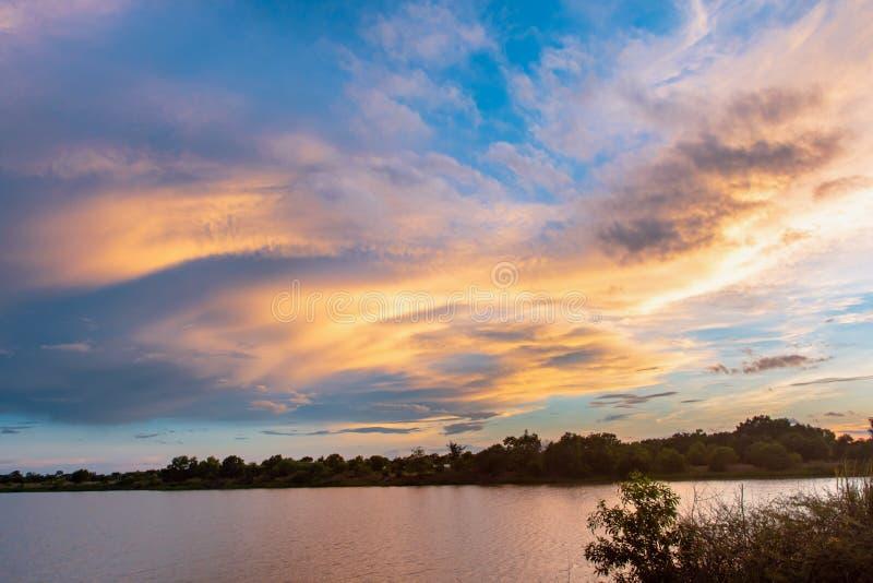 Ciel et nuage au coucher du soleil avec le fond d'effets de la lumière de coucher du soleil nuages crépusculaires et fond dramati images stock