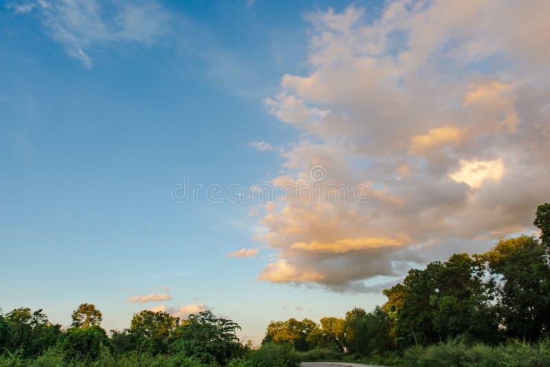 Ciel et nuage au coucher du soleil avec le fond d'effets de la lumière de coucher du soleil nuages crépusculaires et fond dramati image libre de droits