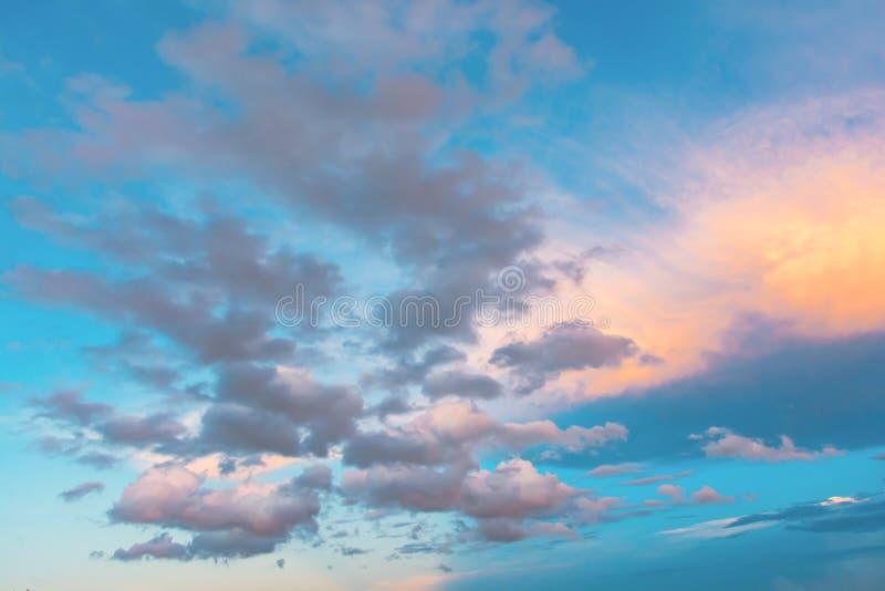 Ciel et nuage au coucher du soleil avec le fond d'effets de la lumière de coucher du soleil nuages crépusculaires et fond dramati images libres de droits