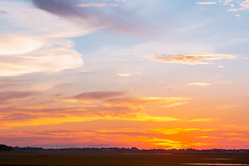Ciel et nuage au coucher du soleil avec le fond d'effets de la lumière de coucher du soleil nuages crépusculaires et fond dramati photographie stock