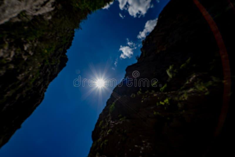 Ciel et nuages de la gorge Vue inférieure du soleil entre les montagnes photos libres de droits